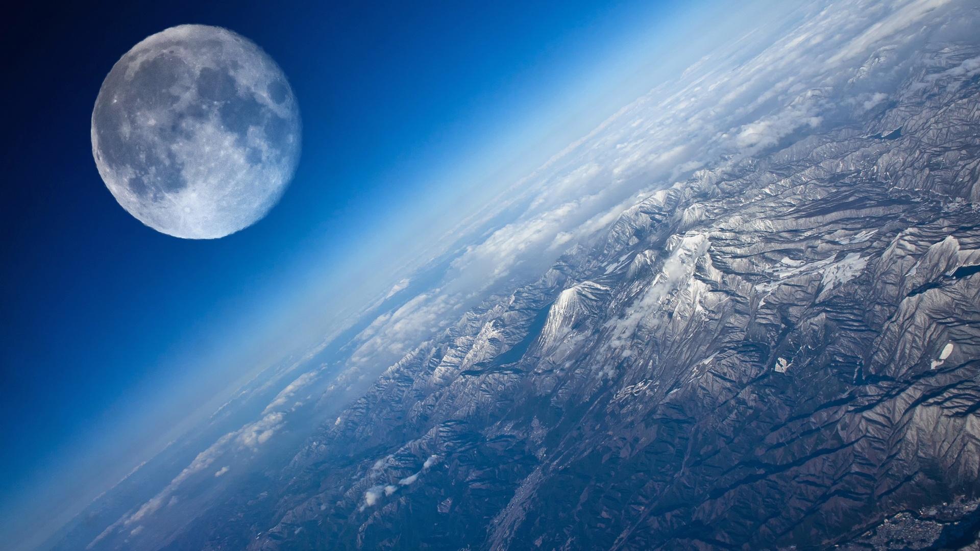 Луна с верхних слоев атмосферы Земли. Изображение Луны оптически увеличено.