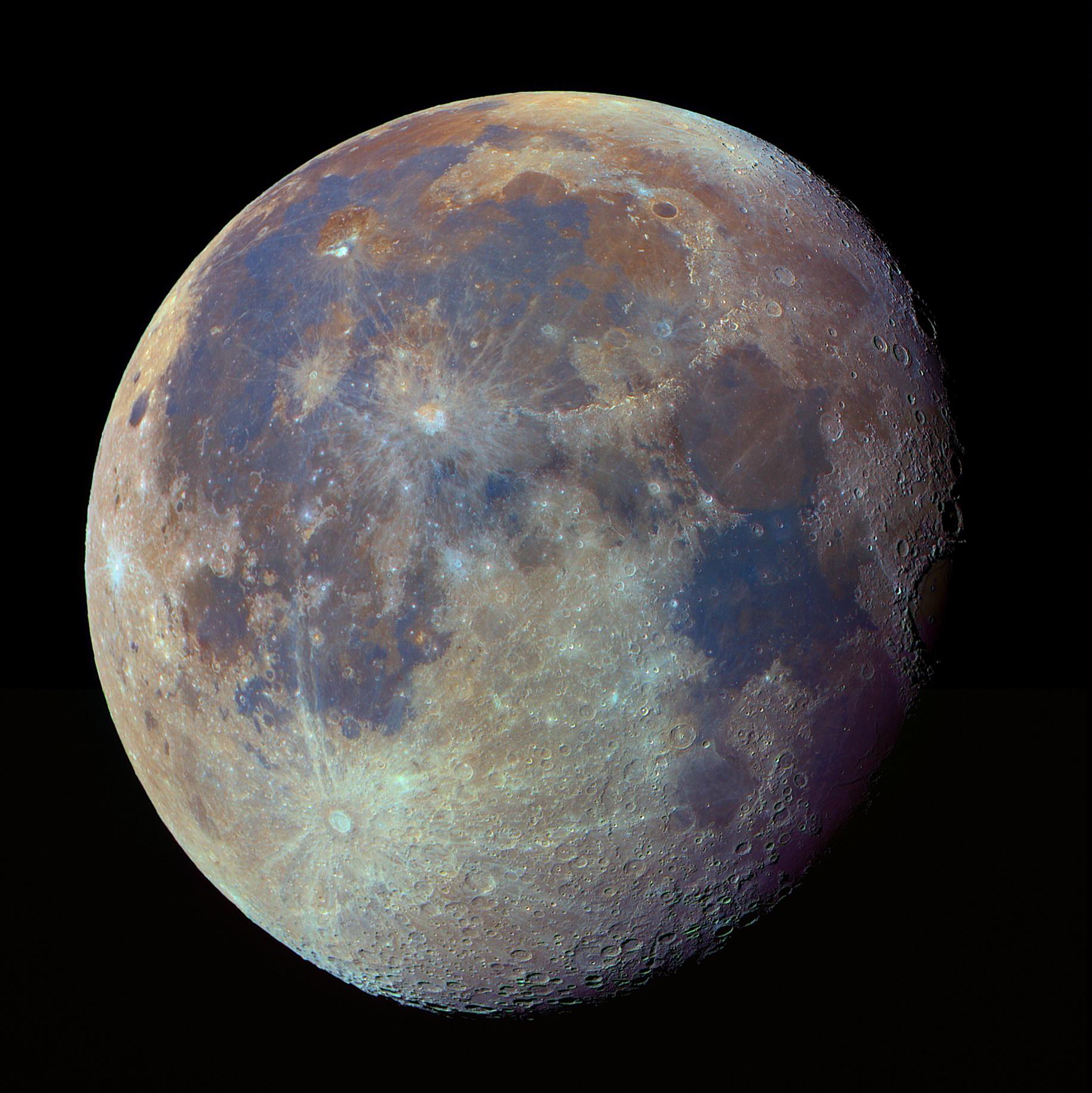 Настоящие цвета Луны (насыщенность увеличена)