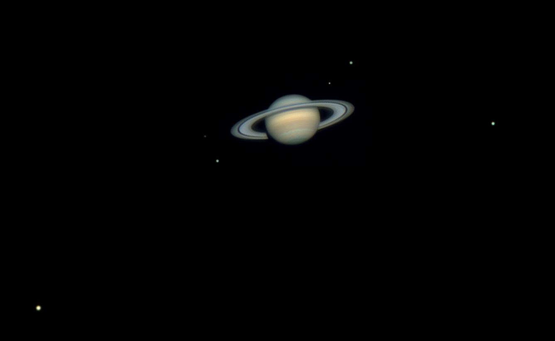 Планета Сатурн на ночном небе