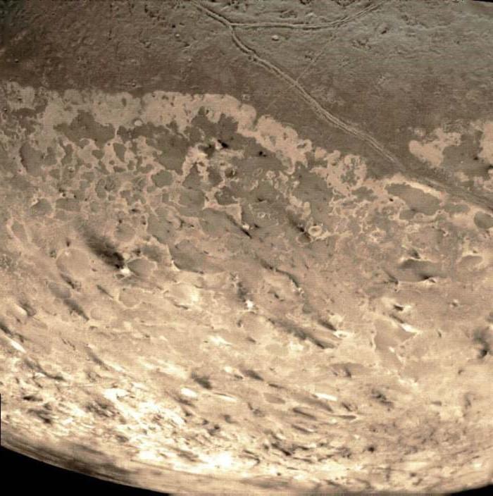 Темные пятна-следы гейзеров на Тритоне
