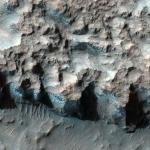 Северо-Западная часть равнины - Эллада, по данным спектрометра видимого и ближнего инфракрасного излучения (CRISM). Породы окрашенные в синий цвет содержат хлориты и водяной лед.