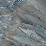 Склон кратера Palikir, видны следы от потоков, называющихся Recurring Slope Linea