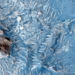 Участок между кратерами Crommelin и Firsoff. Что сформировало этот ландшафт, потоки лавы или осадочные толщи