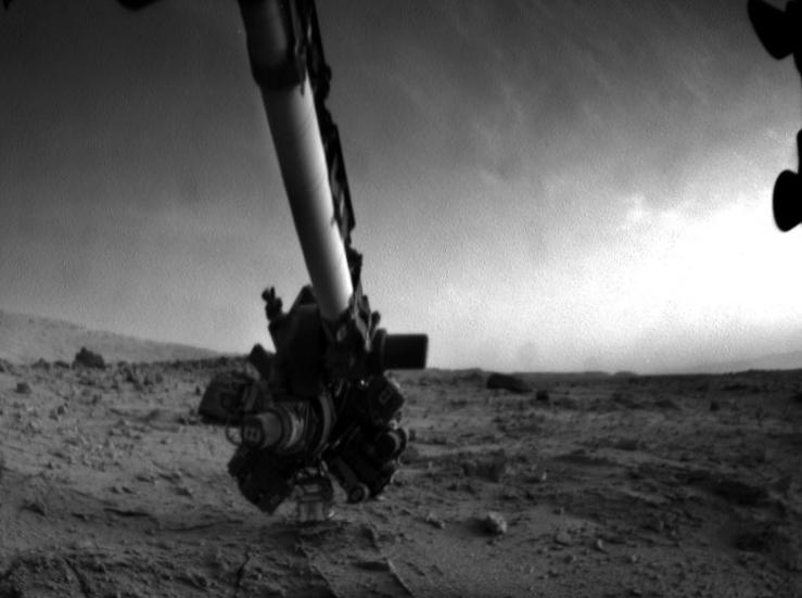 Curiosity снял облака на фоне роботизированной мачты