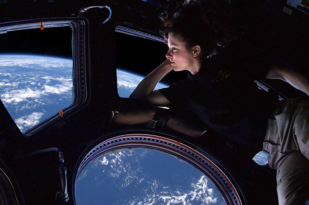 Астронавт Tracy Caldwell Dyson смотрит на Землю