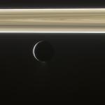 Энцелад на фоне колец Сатурна
