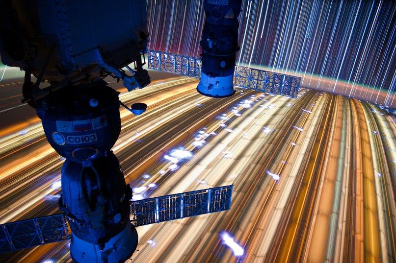 Космические корабли серии СОЮЗ на фоне Земли