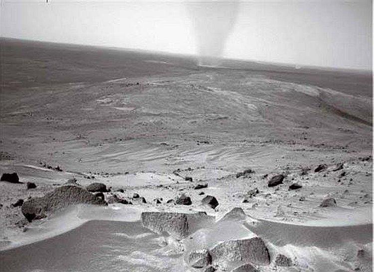 Пылевой смерч в кратере Гусева