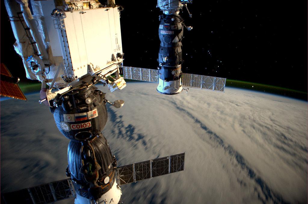 Станция в лунном свете, видны корабли СОЮЗ