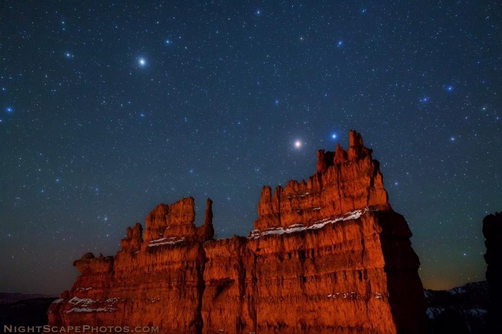 Арктур, Марс и Спика над скалой в Национальном парке Брайс-Каньон, США