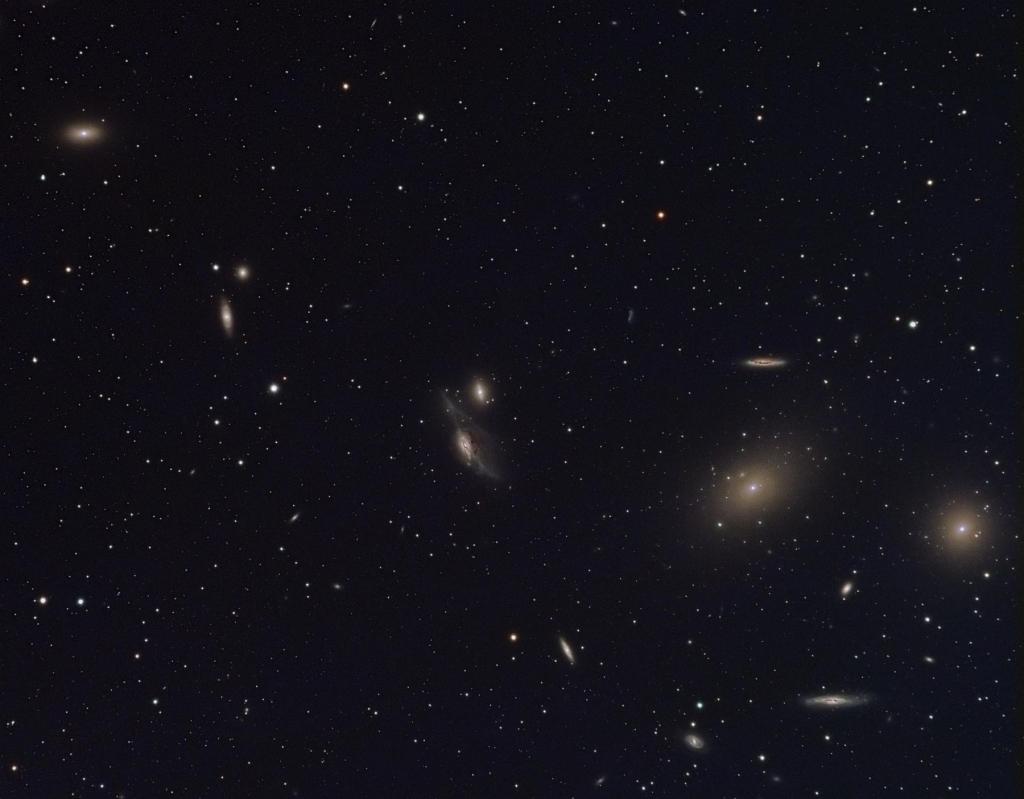 Через центр скопления галактик в Деве проходит замечательная вереница галактик, известная как цепочка Маркаряна