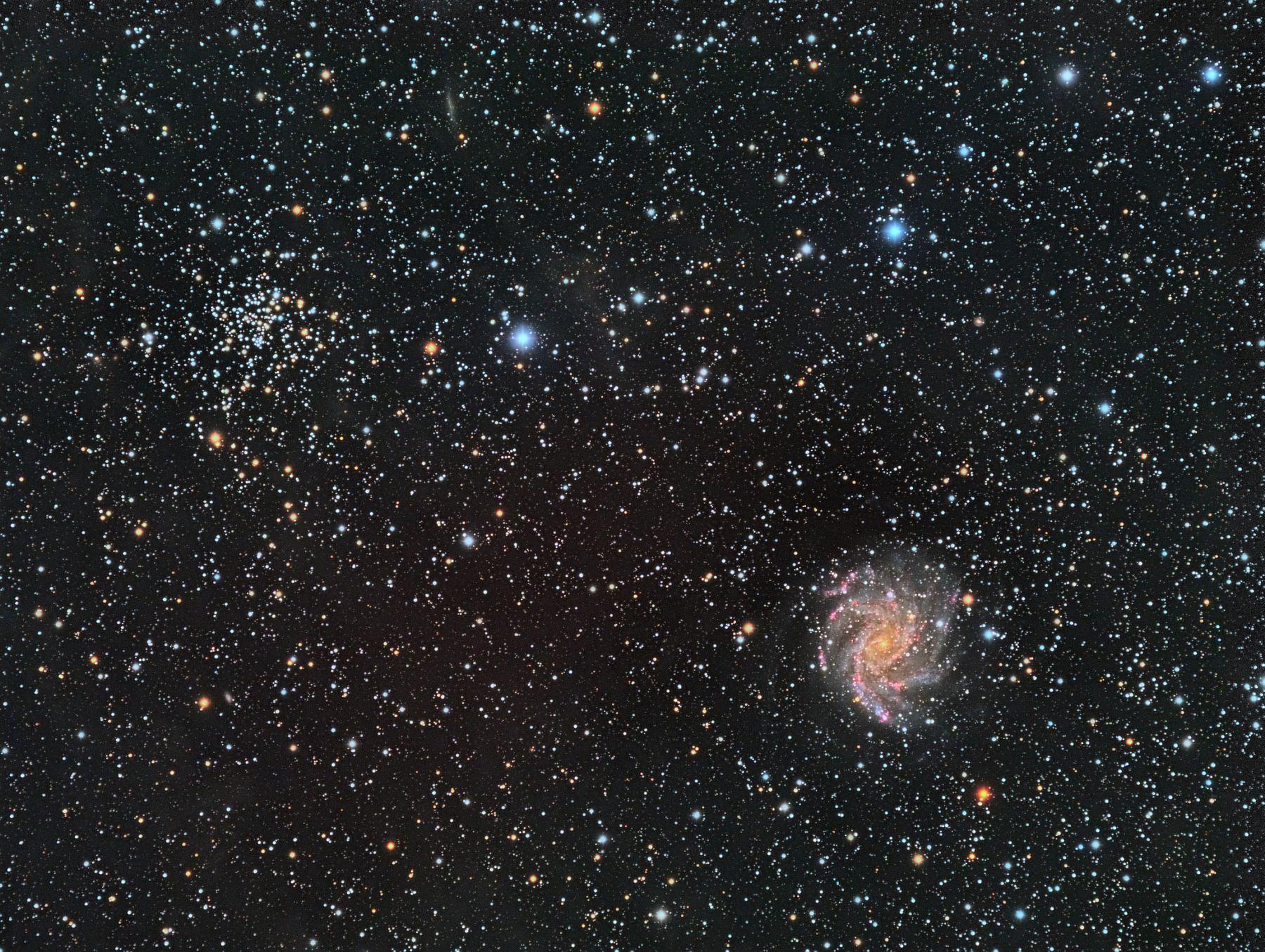 NGC 6946 - спиральная галактика с перемычкой, левее и выше видно рассеянное звездное скопление NGC 6939