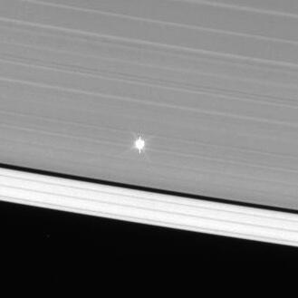 Звезда Мю Цефея видна сквозь кольца Сатурна, снимок Кассини от 3 июля 2013 года