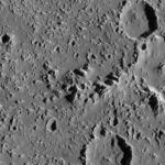 Два оползня длиной 3—3,5 км в правой части двух крупных кратеров