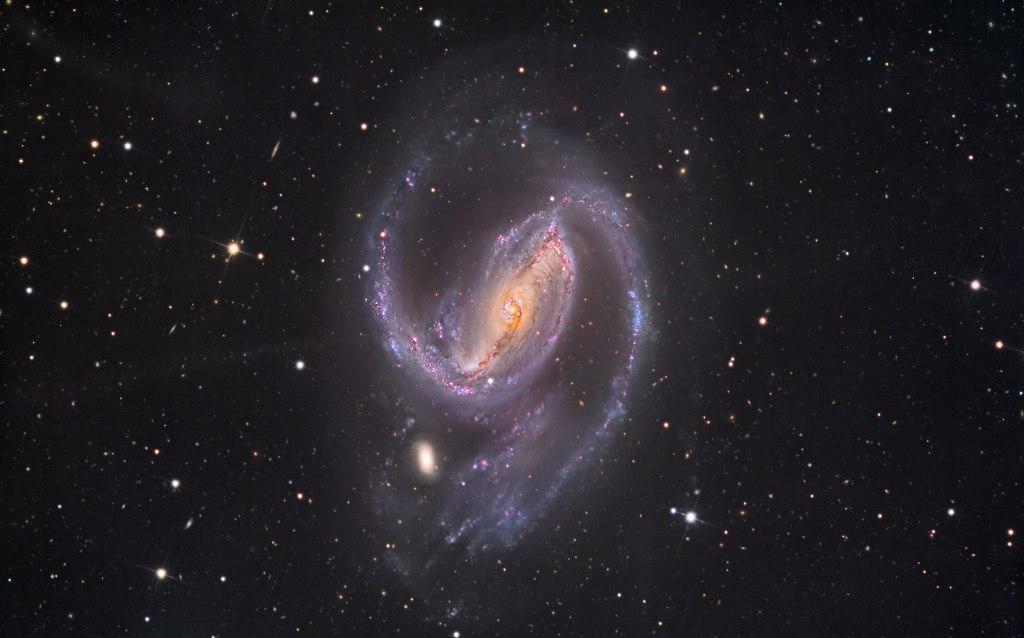NGC 1097 — спиральная галактика в созвездии Печь