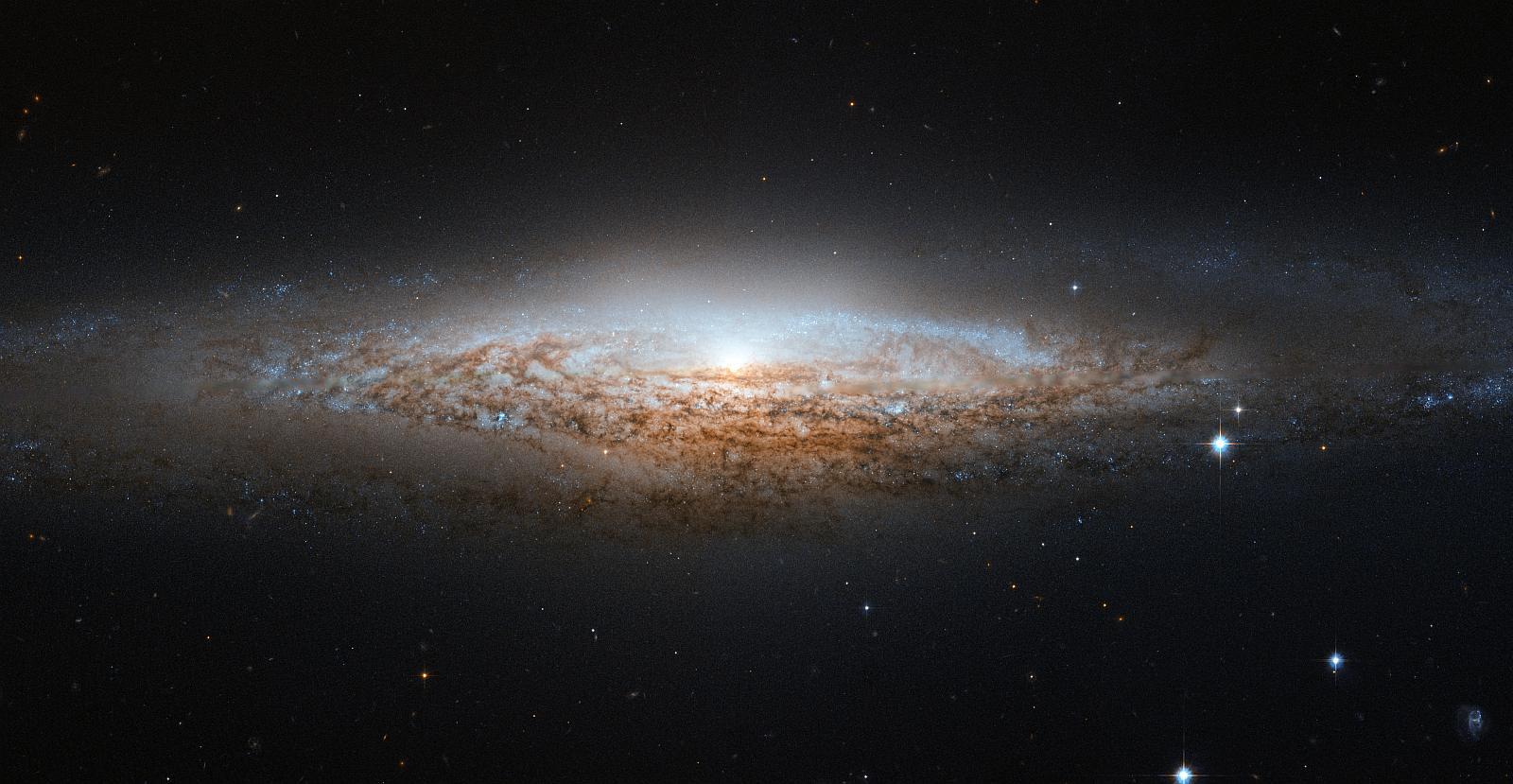 NGC 2683 - спиральная галактика в созвездии Рысь. Снимок телескопа Хаббл.