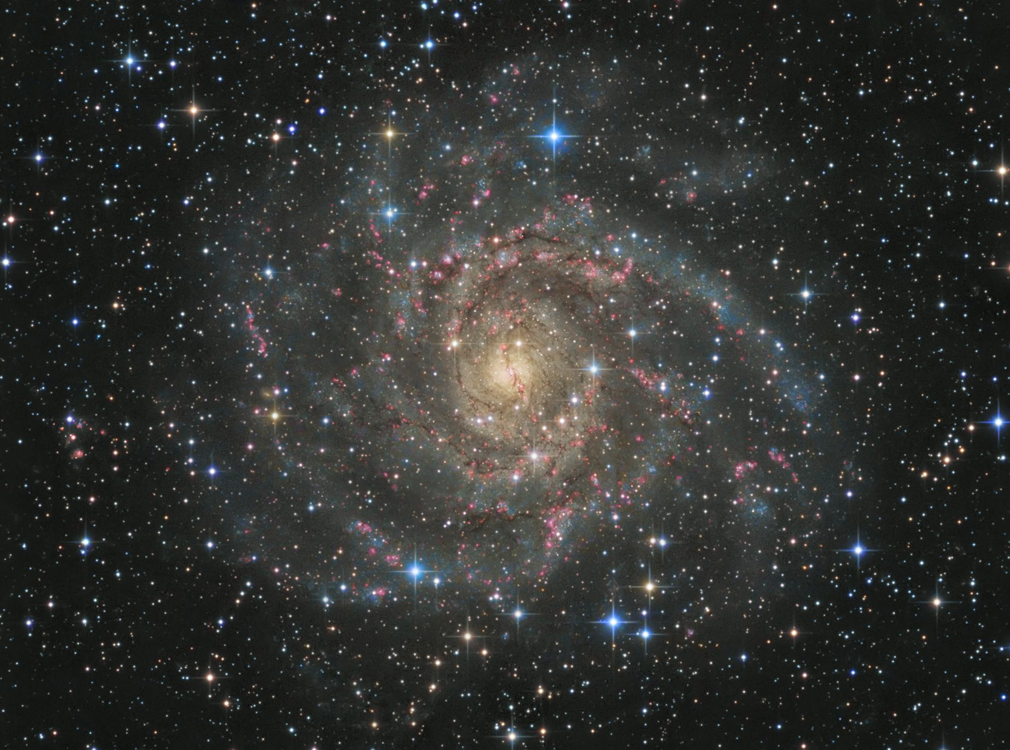 Спиральная галактика IC 342 из созвездия Жирафа, видимая плашмя и удаленная от нас на 7 миллионов световых лет