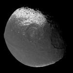 Япет, спутник Сатурна, снимок получен космическим аппаратом Кассини.