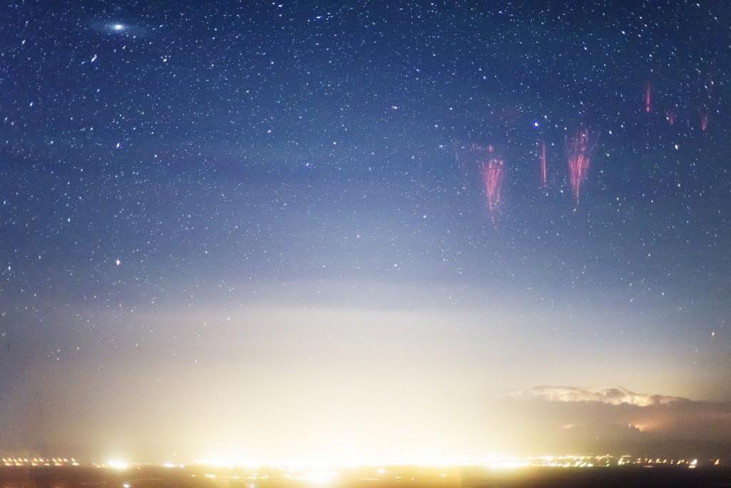 Спрайты, свечение неба и галактика Андромеды над городом Ларами, Вайоминг, США.