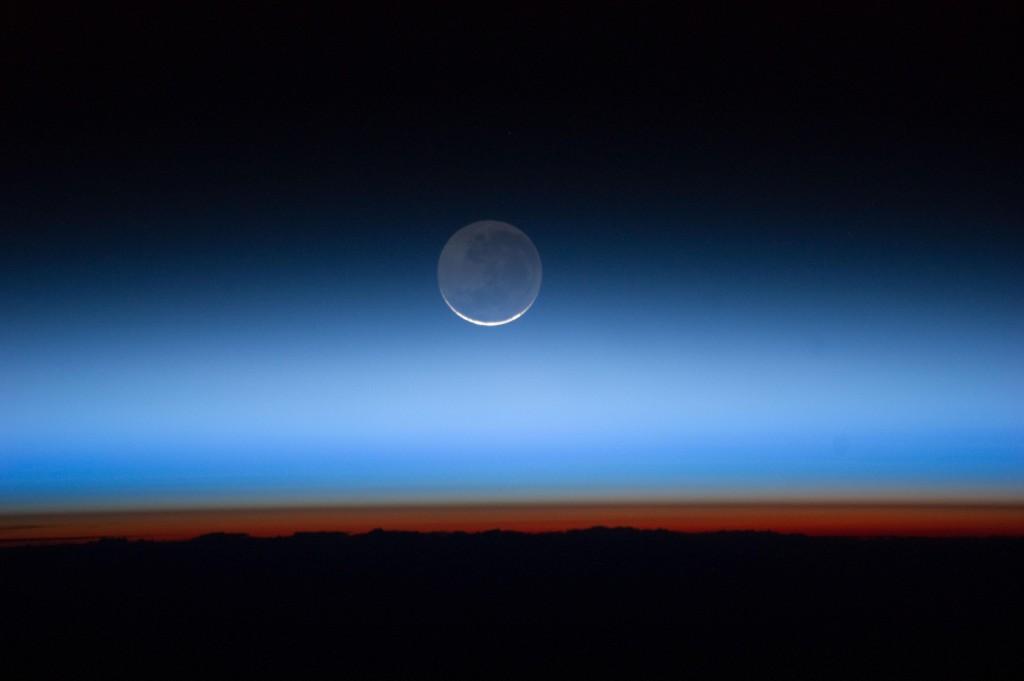 Слои атмосферы из космоса. Самый нижний, оранжевый слой — тропосфера.