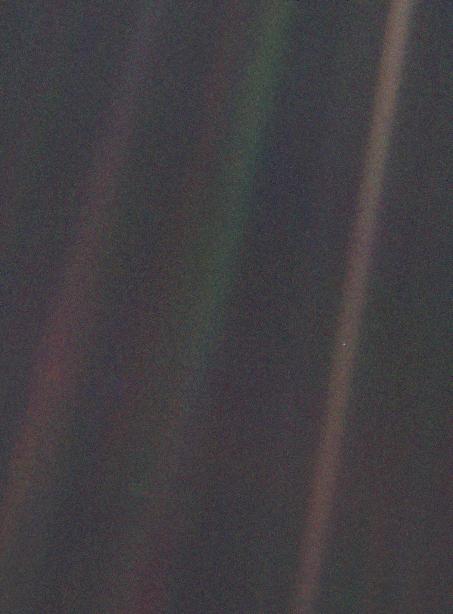 """Фото """"Pale Blue Dot"""". Крошечная точка посередине коричневой линии справа — это Земля."""