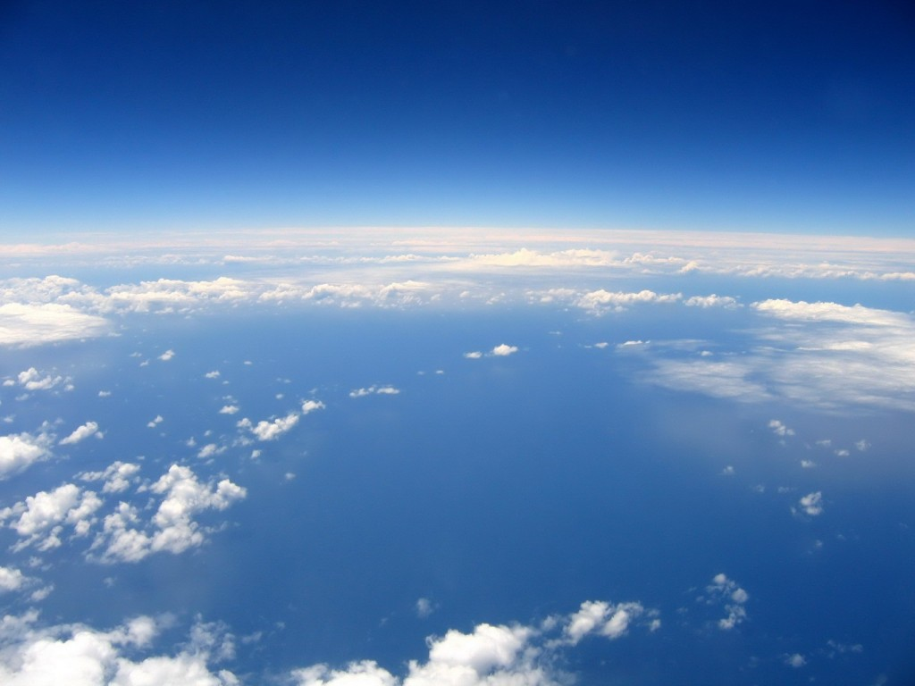 Вид на Землю из стратосферы. Облака сверху выглядят даже меньшими, чем снизу
