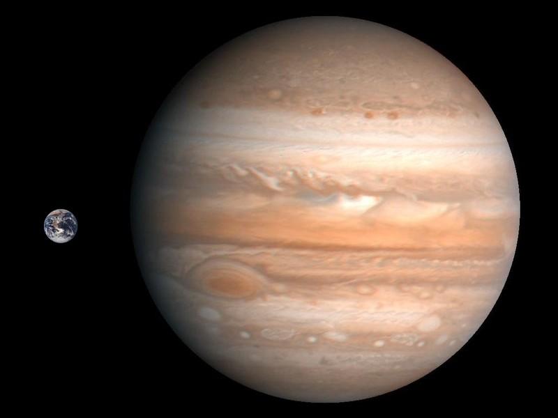 Юпитер во много раз больше Земли. К счастью, их разделяет громадное расстояние.
