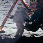 Нил Армстронг ступает на поверхность Луны