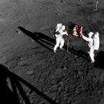 Армстронг (слева) и Олдрин устанавливают флаг США
