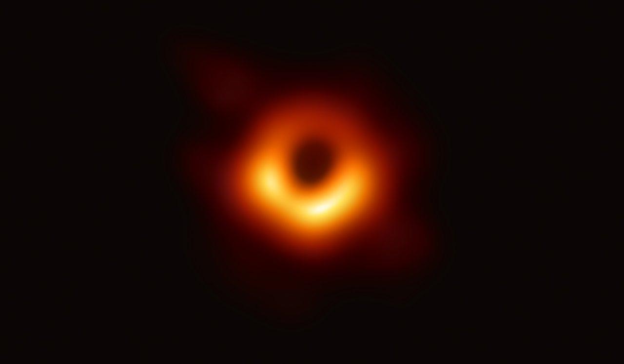 Первое прямое визуальное изображение сверхмассивной черной дыры и ее тени в центре галактики M87