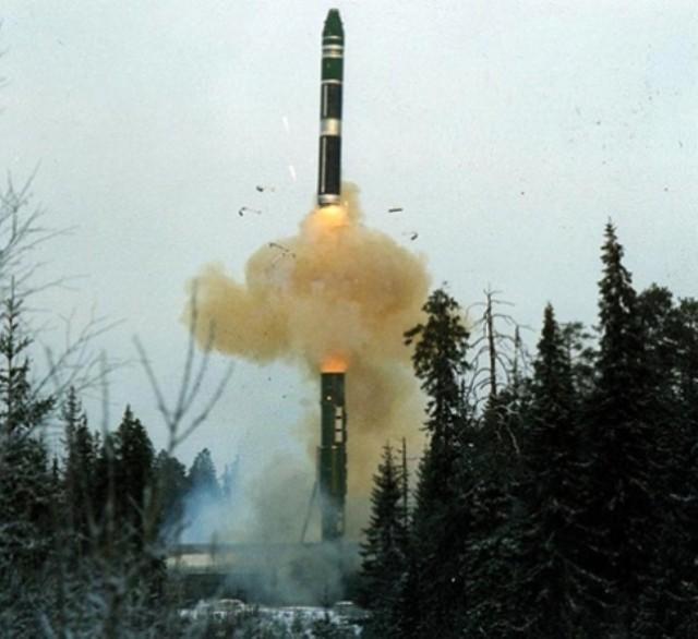 Запуск ракеты РТ-13 с железнодорожной пусковой установки в Плесецке