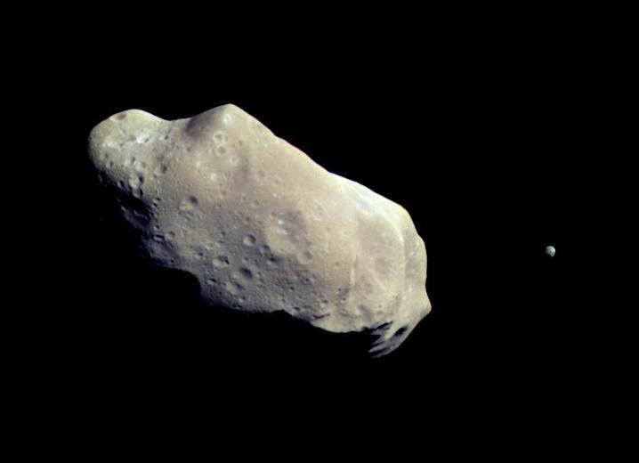 Фотография астероида Ида с его маленьким спутником Дактиль, сделанная космическим аппаратом Гелилео в 1993-м году