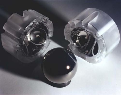 Самая близкая к идеальной сфера из всех когда-либо созданных человеком — ротор гироскопа GP-B. Сфера сделана из кварцевого стекла и покрыта тонкой плёнкой сверхпроводящего ниобия. Поверхности кварца отполированы до атомарного уровня.
