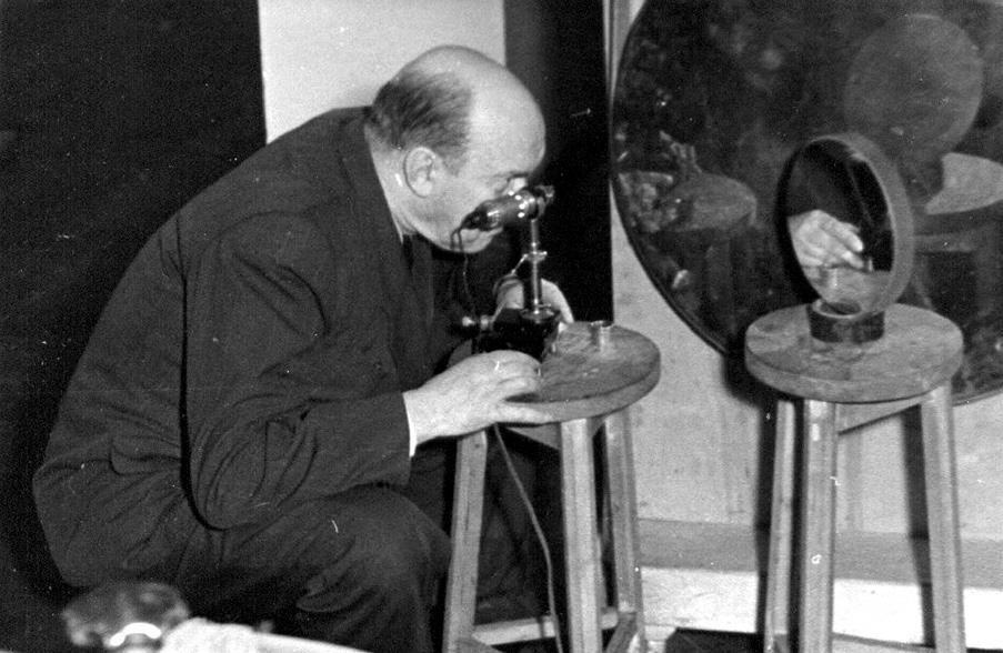 Д . Максутов в лаборатории