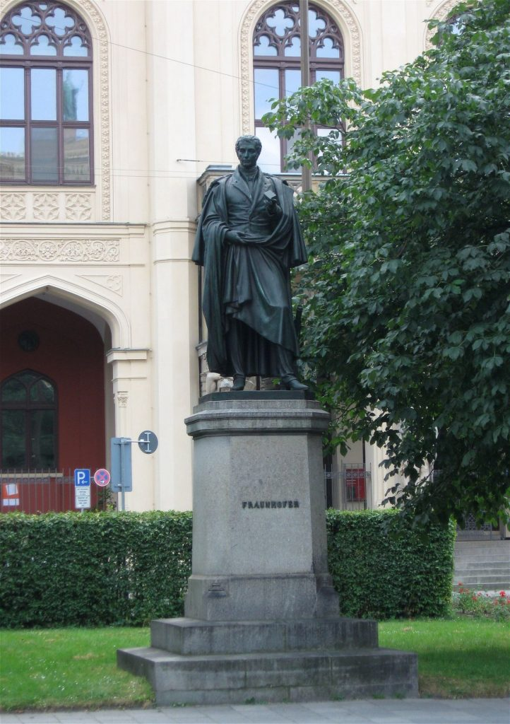 Памятник Фраунгоферу в Мюнхене