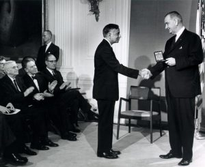 Субраманян Чандрасекар получает Национальную медаль науки от президента Линдона Джонсона в 1967 году