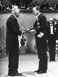 Король Швеции Карл XVI Густав вручает Чандрасекару Нобелевскую премию по физике (1983 год)