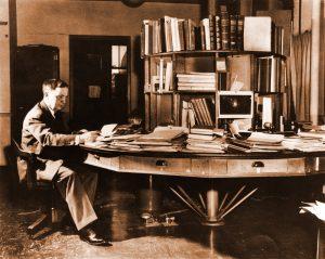 Для работы над различными проектами Шепли использовал стол с отделениями, который вращался вокруг шпинделя.