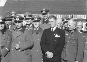 Вернер фон Браун с несколькими немецкими офицерами в Пенемюнде, март 1941 г.