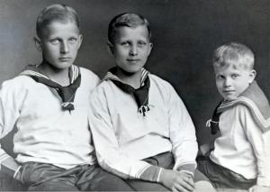 Вернер фон Браун (в центре) со своими братьями Магнусом (слева) и Сигизмундом (справа)