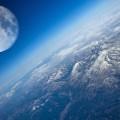 Луна над Землей. Изображение Луны оптически увеличено.