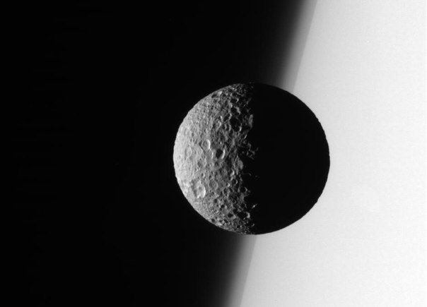 Мимас на фоне Сатурна, снимок космического аппарата Кассини