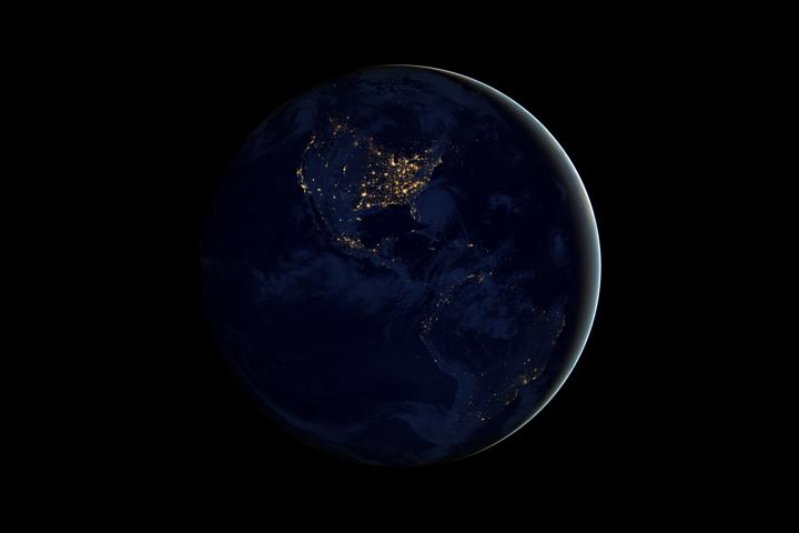 Северная и Южная Америка ночью на снимках полученных Suomi NPP в апреле и октябре 2012 года.