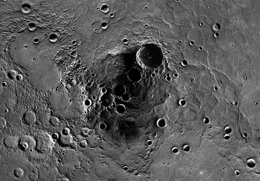 >Северный полюс Меркурия, в тени кратеров которого, MESSENGER обнаружил запасы льда