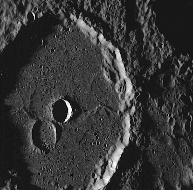 Сильно кратерированая поверхность Меркурия, снимок космического аппарата MESSENGER