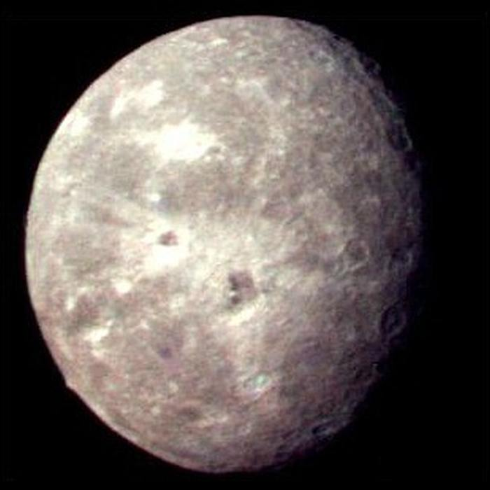 Спутник Урана Оберон, снимок Вояджера-2