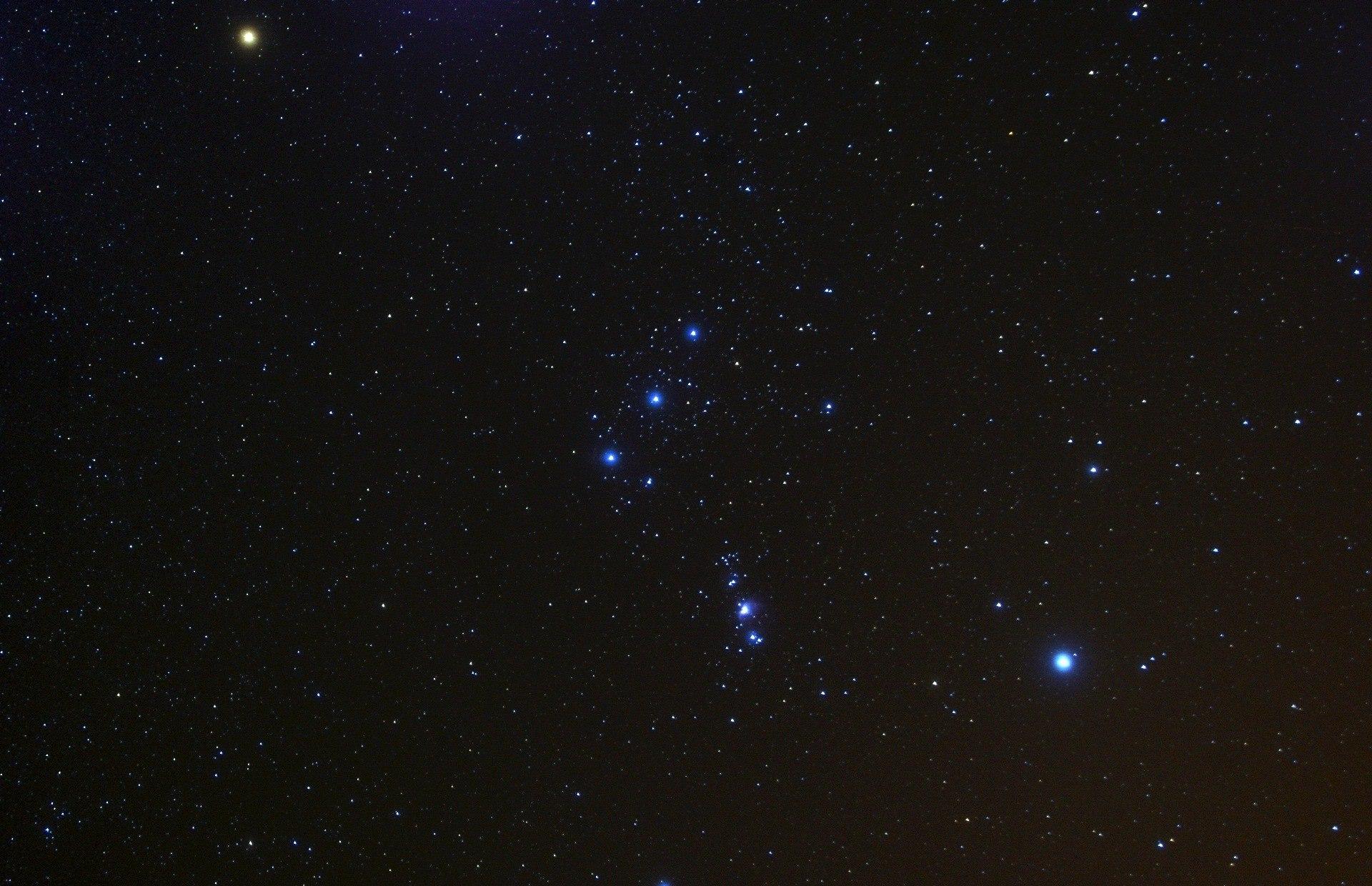 Три звезды Альнитак (ζ Ориона), Альнилам (ε Ориона), Минтака (δ Ориона) в центре снимка - Пояс Ориона