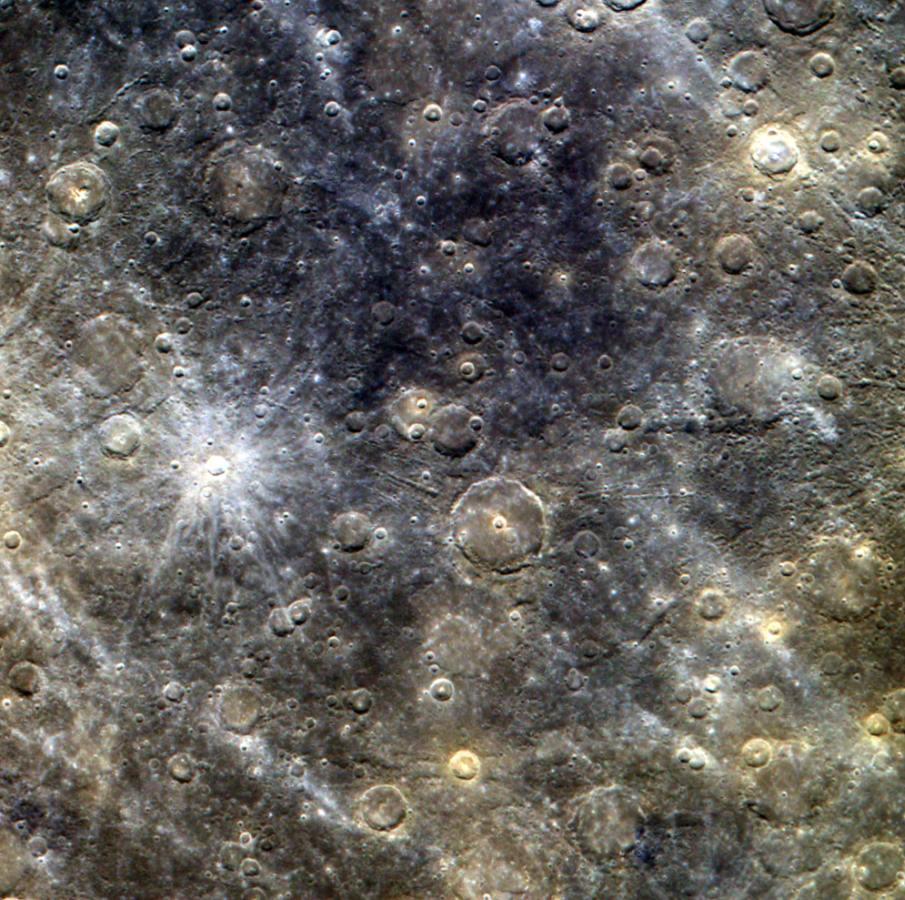 В центре изображения кратер Снори, диаметром 21 км