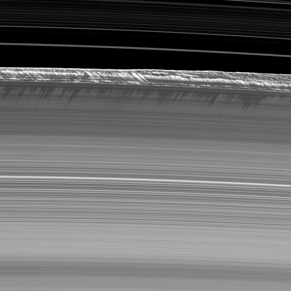 На этом изображении показаны самые высокие структуры, найденные на главных кольцах Сатурна. По данным НАСА: «Вертикальные структуры, среди самых высоких, встречающихся в главных кольцах Сатурна, резко поднимаются с краю кольца Сатурна B. Фото получено станцией «Кассини».