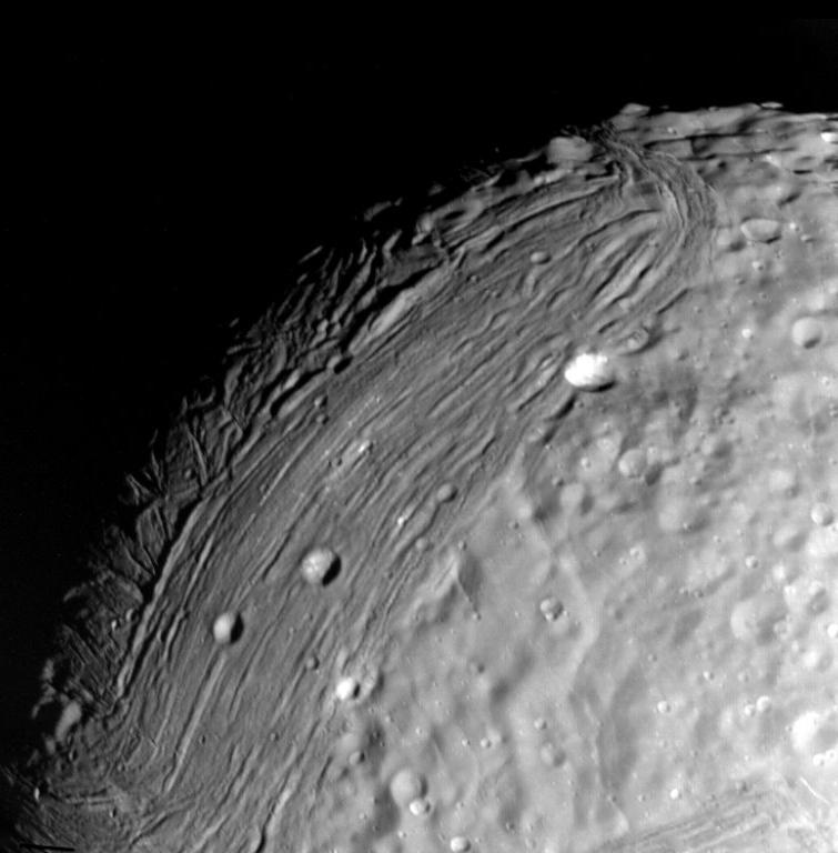 Снимок Миранды сделан Вояджером-2,  24 января 1986 года с расстояния 147 000 км